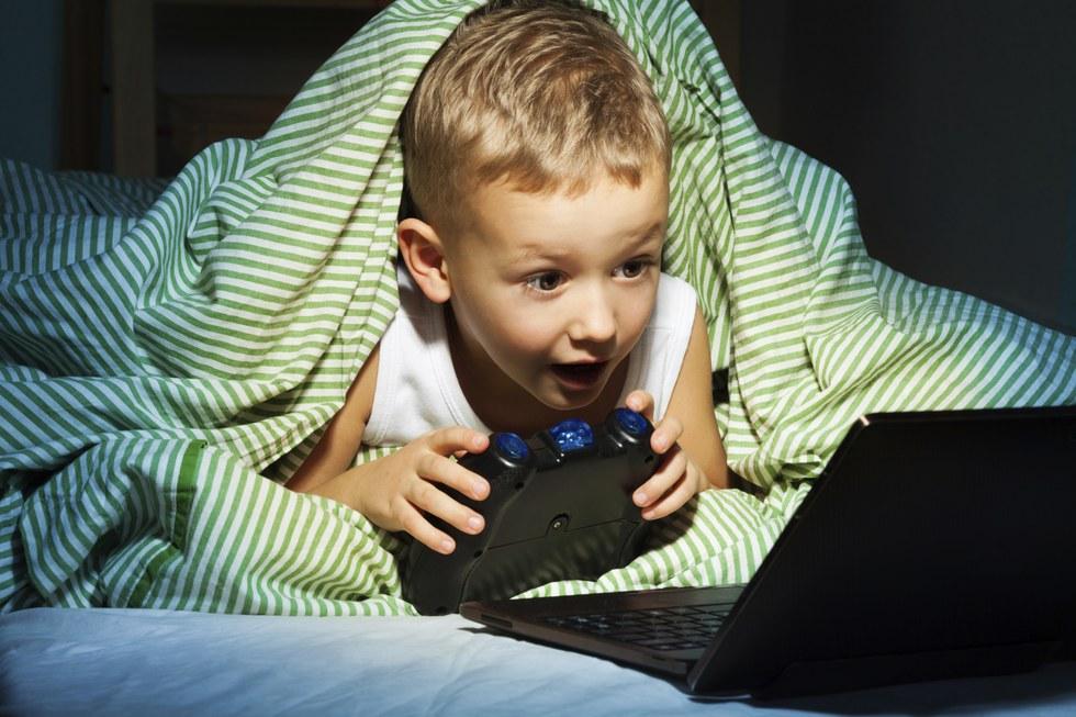 Không cho trẻ tiếp xúc với các thiết bị điện tử trước khi đi ngủ